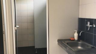 sprchy a dřez  ke kempu